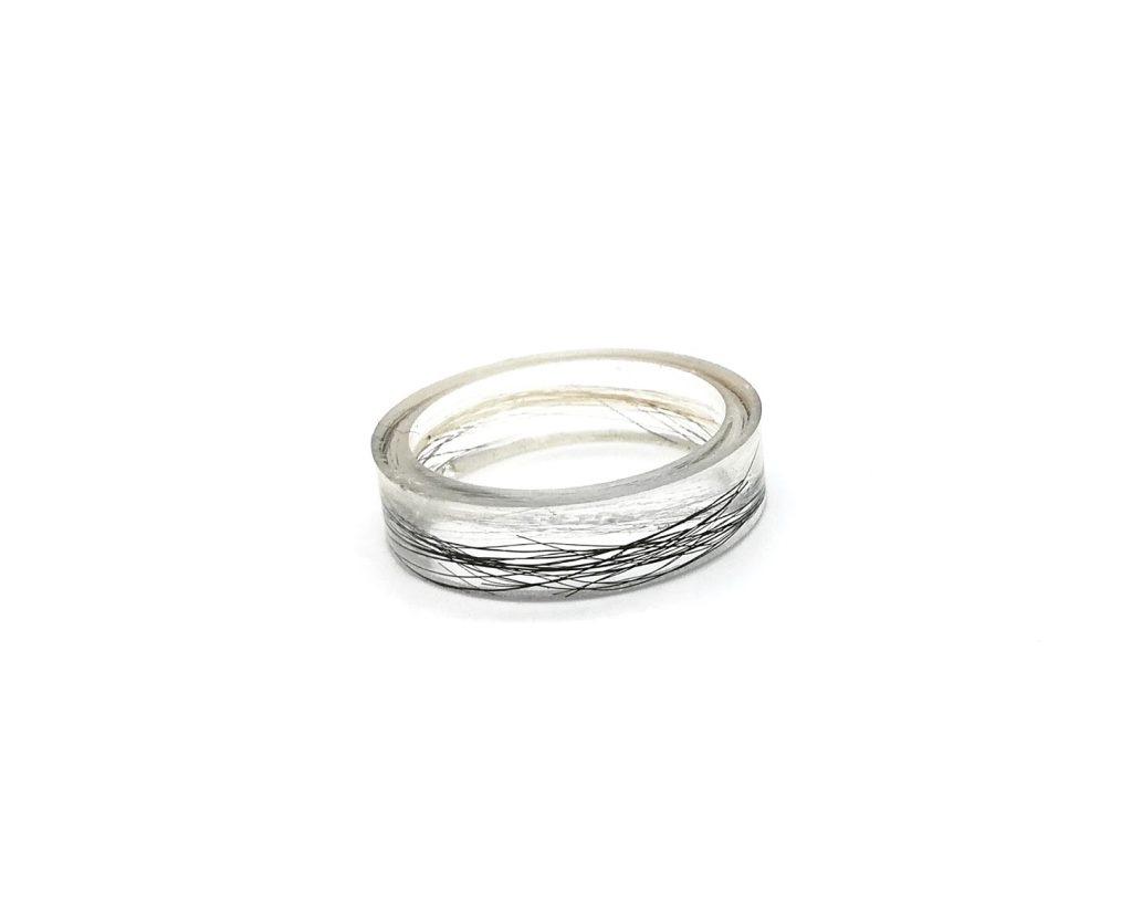 Gegossener Ring mit Tierhaar